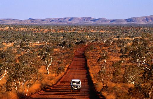 Dirt Road「Car on outback road, Karijini National Park, Australia」:スマホ壁紙(1)
