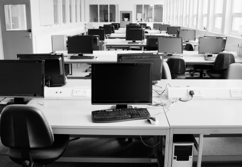Monochrome「Computer room: PCs arranged on several desks」:スマホ壁紙(11)