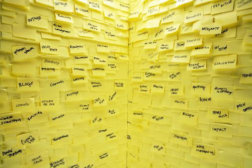 覆う「壁一面に粘着性 notes カバー」:スマホ壁紙(18)