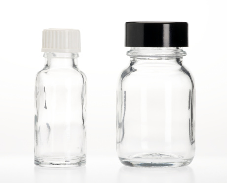 Closed「Two empty capsule bottles」:スマホ壁紙(4)