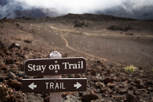 Haleakala Crater「A sign telling hikers to stay on the trail in Haleakala crater. Hiking off-trail leads to significant soil erosion in the delicate volcanic soils.」:スマホ壁紙(6)