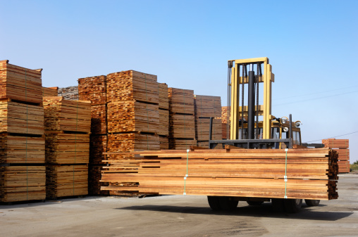 Lumber Industry「Stack of Just Milled Redwood Lumber Being Moved」:スマホ壁紙(3)