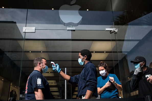 Apple Store「Apple Re-Opens Retail Store In Charleston, SC Amid COVID-19 Pandemic」:写真・画像(15)[壁紙.com]