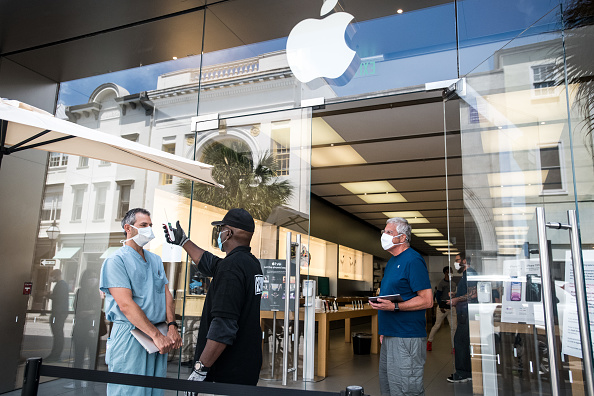Apple Store「Apple Re-Opens Retail Store In Charleston, SC Amid COVID-19 Pandemic」:写真・画像(3)[壁紙.com]