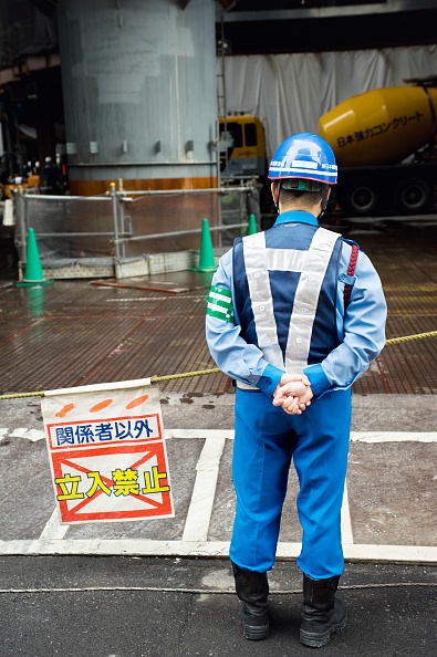 Construction Site「Security guard at entrance to large office tower construction site in central Tokyo 2008」:写真・画像(5)[壁紙.com]
