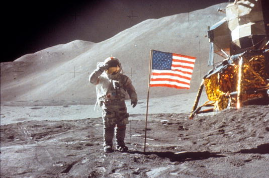 月「Astronaut David Scott Salutes by U.S. Flag」:写真・画像(6)[壁紙.com]