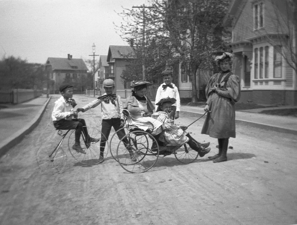 1900「Children Playing On Tricycles」:写真・画像(5)[壁紙.com]