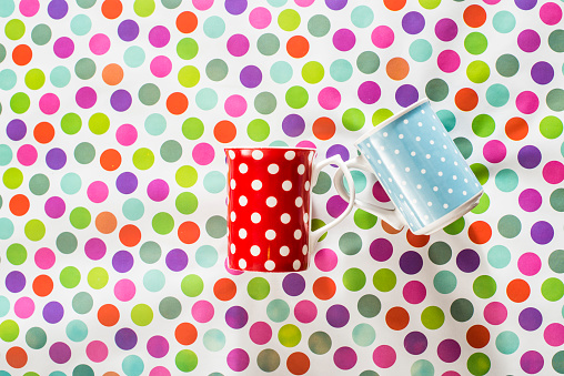 水玉「Cups with white points on colorful background」:スマホ壁紙(9)