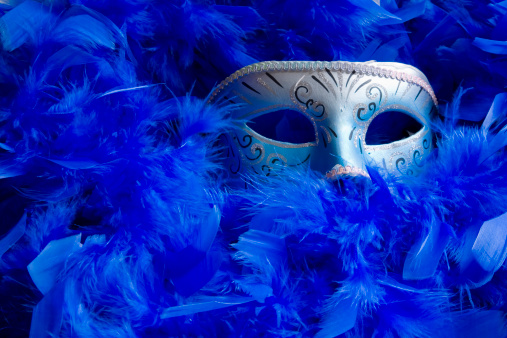 ふわふわ「Venetian mask among bright blue feathers.」:スマホ壁紙(8)