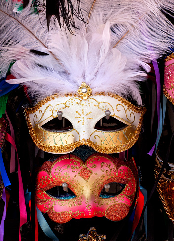 カーニバル「Venetian masks with white feathers and ribbons, Venice, Italy」:スマホ壁紙(12)