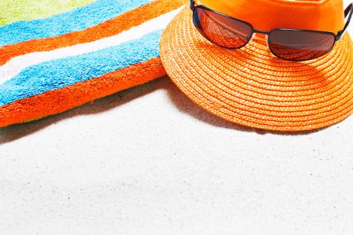 縁なし帽子「ビーチにはタオル、サングラス、日焼け止め、シェル、キャップとコピースペース」:スマホ壁紙(11)
