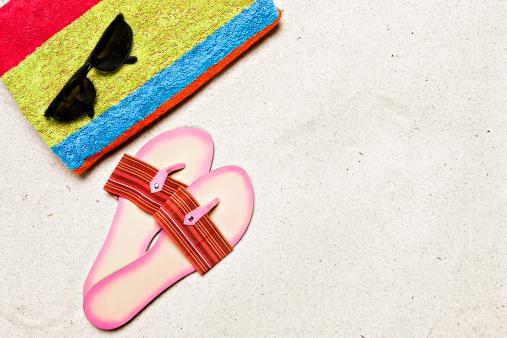 ビーチ「ビーチにはタオル、サングラス、サンダルとコピースペース」:スマホ壁紙(17)