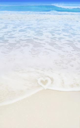 母の日「ビーチにハート型の波」:スマホ壁紙(18)