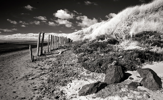 アイリッシュ海「Beach with wood barriers at Afon Crigyll estuary Rhosneigr」:スマホ壁紙(16)