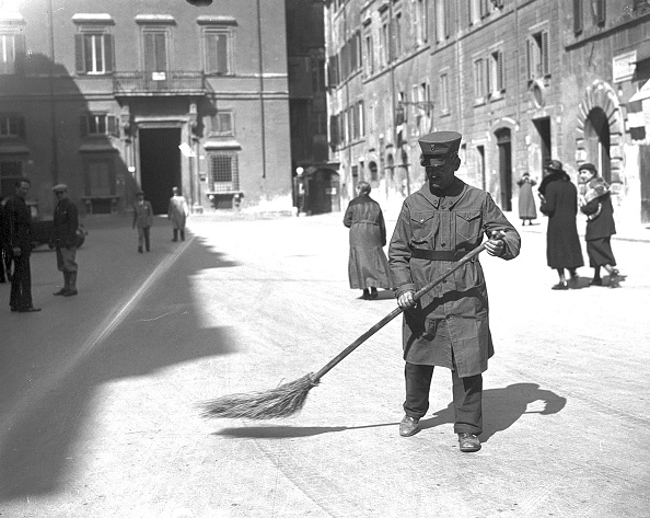 Sweeping「Street sweeper with the new uniform, Rome 1932」:写真・画像(12)[壁紙.com]