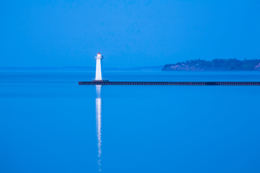 Great Lakes「Sodus Point Pierhead Lighthouse, NY, Lake Ontario, blue etheral」:スマホ壁紙(13)