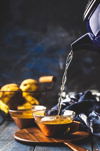 カリン「Pouring homemade hot quince infusion into tea cup」:スマホ壁紙(1)