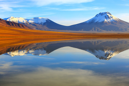 Awe「laguna Lejia, lake Lejia reflection mirrored at dramatic gold colored sunrise, Volcanoes and Idyllic Atacama Desert altiplano with Lascar Volcano, volcanic landscape panorama – San Pedro de Atacama, Chile, Bolívia and Argentina border」:スマホ壁紙(5)
