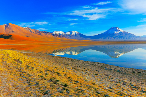 Bolivian Andes「Laguna Lejia – dramatic Lejia lake mirrored reflection at gold colored sunrise dawn, snowcapped Lascar volcano and volcanoes, Idyllic Atacama Desert, Volcanic landscape panorama – San Pedro de Atacama, Chile, Bolívia and Argentina border」:スマホ壁紙(17)