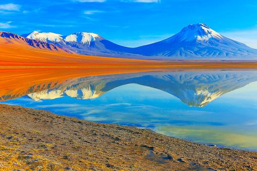 Bolivian Andes「Laguna Lejia – dramatic Lejia lake mirrored reflection at gold colored sunrise dawn, snowcapped Lascar volcano and volcanoes, Idyllic Atacama Desert, Volcanic landscape panorama – San Pedro de Atacama, Chile, Bolívia and Argentina border」:スマホ壁紙(4)