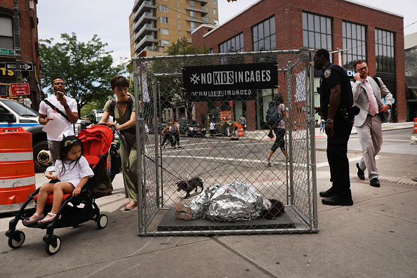 Refugee「Pop Up Installations Depicting Crying Children In Cages Appear New York City, Aiming To Highlight US Mexico Border Crisis」:写真・画像(11)[壁紙.com]