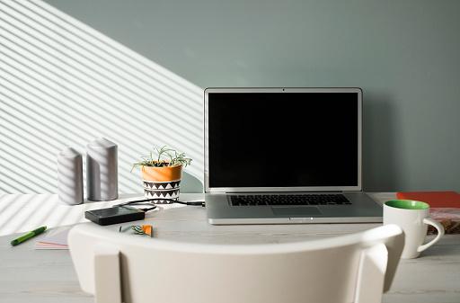 Belgium「Opened laptop on an office desk」:スマホ壁紙(6)