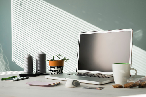 Belgium「Opened laptop on an office desk」:スマホ壁紙(1)