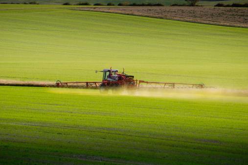 Insecticide「Fertiliser spraying tractor rides across field」:スマホ壁紙(19)