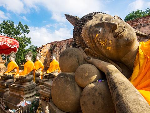 仏像「Reclining Buddha with smaller statues in background, Historical Park Ayutthaya, Thailand」:スマホ壁紙(0)