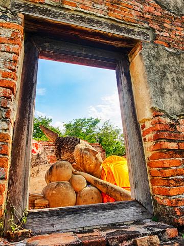 仏像「Reclining Buddha through old window, Historical Park Ayutthaya, Thailand」:スマホ壁紙(1)