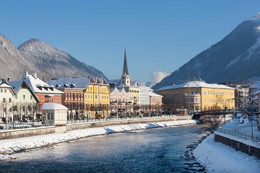 Salzkammergut「Austria, Bad Ischl, Spa Town, Traun river in winter」:スマホ壁紙(3)