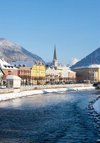 Salzkammergut「Austria, Bad Ischl, Spa Town, Traun river in winter」:スマホ壁紙(1)