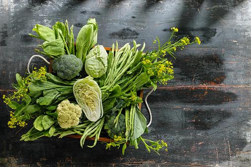Leaf Vegetable「Fresh green leaf vegetables in an old wooden crate on an old wooden table.」:スマホ壁紙(18)