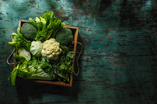 Bok Choy「Fresh green leaf vegetables in an old wooden crate on an old wooden turquoise table.」:スマホ壁紙(15)
