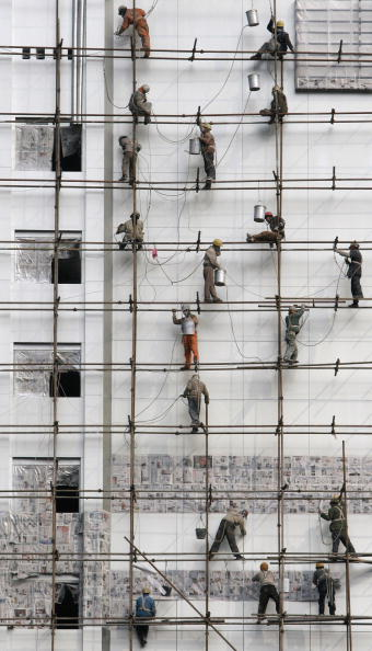 Construction Equipment「Migrant Workers Work At A Construction Site」:写真・画像(2)[壁紙.com]