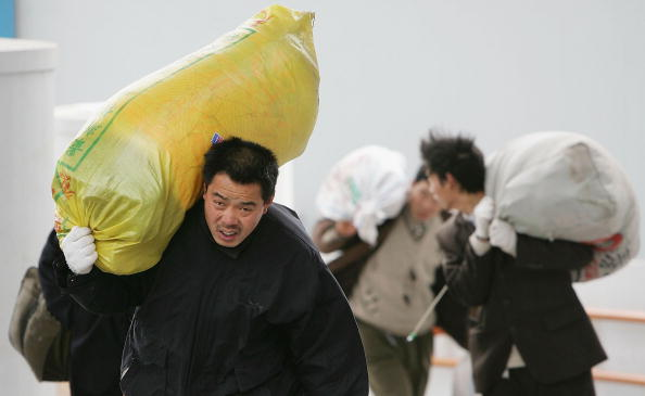 Touching「Migrant Workers Return To China's Cities After New Year Celebrations」:写真・画像(19)[壁紙.com]