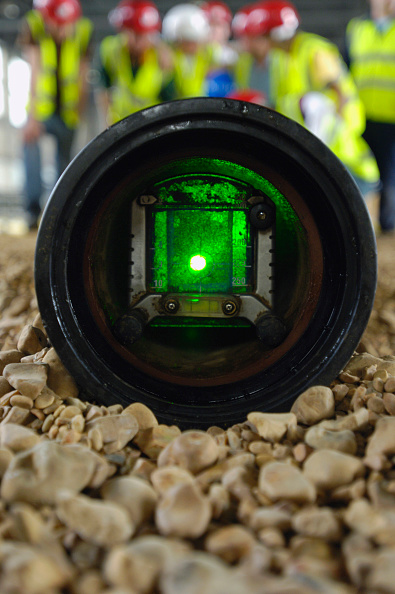 Selective Focus「Apprentice surveyors inspecting a pipe with laser beam」:写真・画像(12)[壁紙.com]