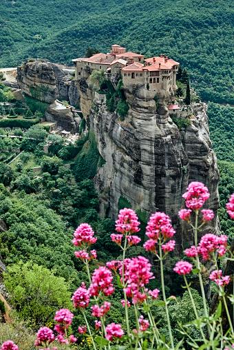 ピンク色「The Varlaam monastery in the Meteora site」:スマホ壁紙(11)