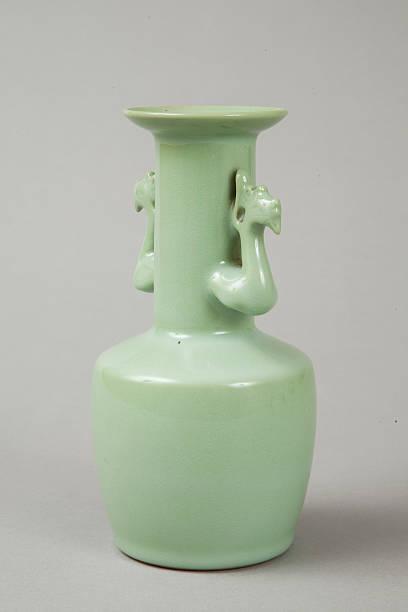 Celadon mallet vase with phoenix's head handles, 20th century. Artist: Suwa Sozan.:ニュース(壁紙.com)