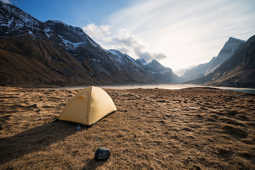 雪山「Tent with scenic mountain background while wild camping at Horseid beach, Moskenesoy, Lofoten Islands, Norway」:スマホ壁紙(15)