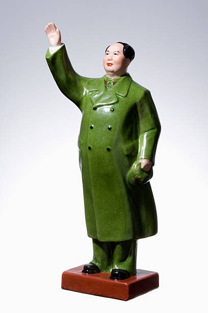 Porcelain figurine of Mao Tse-tung on white background, close-up:スマホ壁紙(壁紙.com)