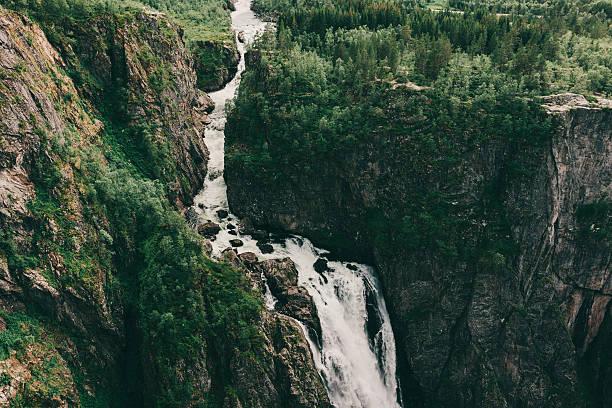 Waterfall in mountains:スマホ壁紙(壁紙.com)