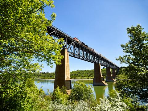 鉄道・列車「Bridge with a train crossing the North Saskatchewan River」:スマホ壁紙(6)