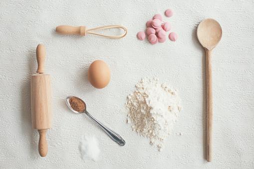 ケーキ「キッチン食材と白い背景の上の器具」:スマホ壁紙(11)