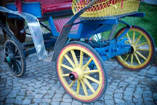 Horse-drawn carriage「旧ワゴン車に、石の壁」:スマホ壁紙(18)