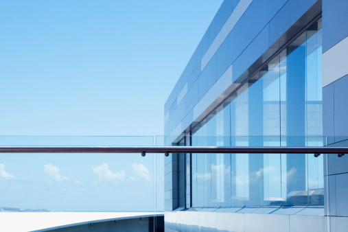 Railing「Glass railing on modern building balcony」:スマホ壁紙(7)
