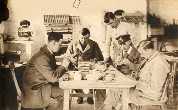 Recovery「Wounded Soldiers In Pottery Class...Devon」:写真・画像(2)[壁紙.com]