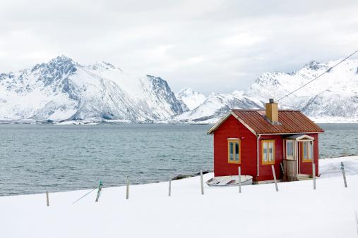 Solitude「Red wooden home (rorbu) in winter on Lofoten Islands, Norway」:スマホ壁紙(3)