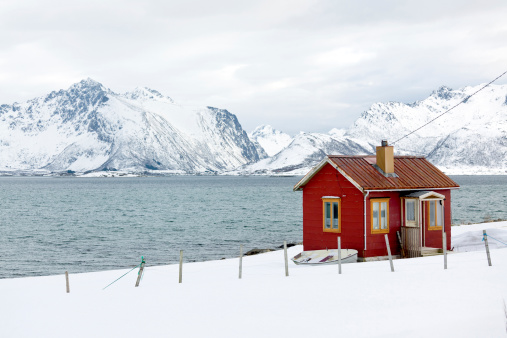 Remote Location「Red wooden home (rorbu) in winter on Lofoten Islands, Norway」:スマホ壁紙(13)