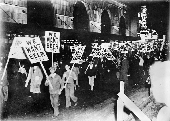 Beer - Alcohol「Workers demonstrating against prohibition in the streets of New York, Photograph, Around 1933」:写真・画像(16)[壁紙.com]